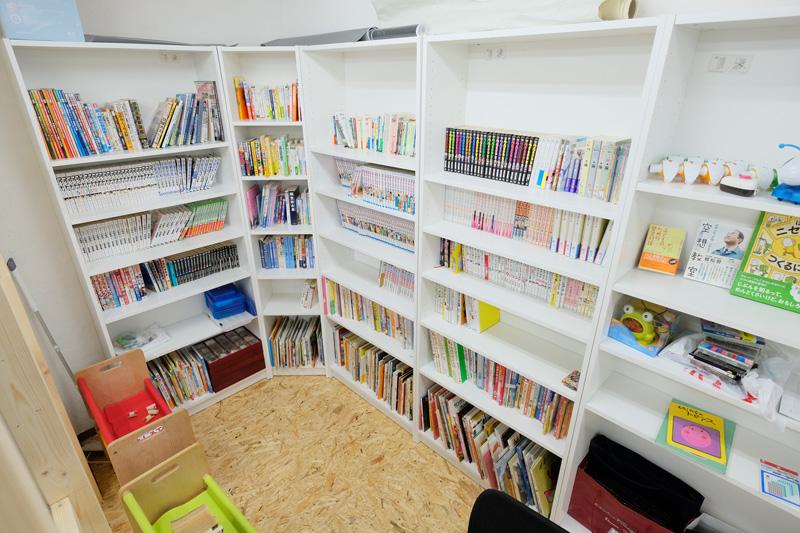 神戸市垂水の学習塾ハイファイブの教室の様子 漫画読み放題!参考書は少なめの自習室